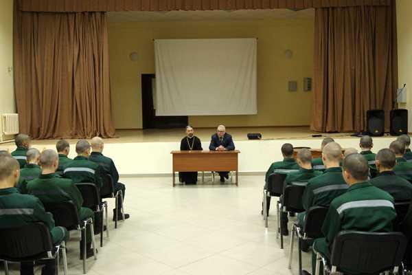 Член общественного совета при ФСИН России Михаил Хасьминский в Тюменской воспитательной колонии проводит беседу с несовершеннолетними воспитанниками